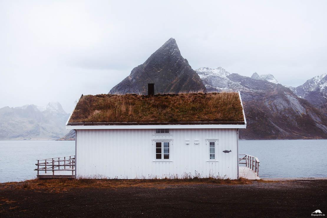 lofoten- Haus in Olenilsoy mit Berg aus dem Dach