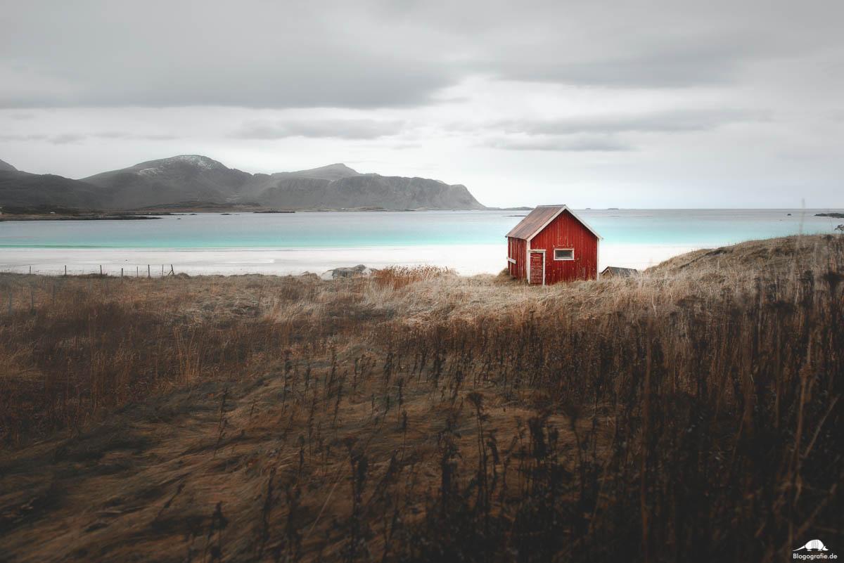 lofoten - rotes Holzhaus am Strand von Ramberg
