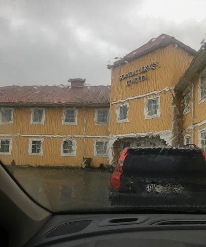 lofoten - regen vorm hotel