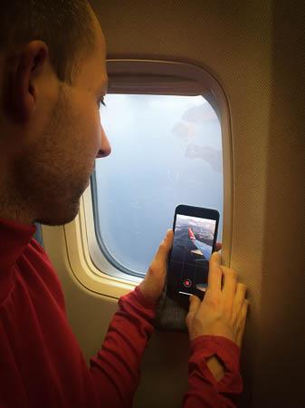Pino beim Timelapse mit dem iPhone im Flugzeug