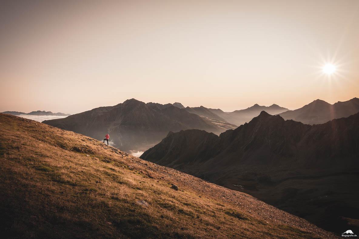 Pino beim Fotografieren des Sonnenaufgangs in den Alpen