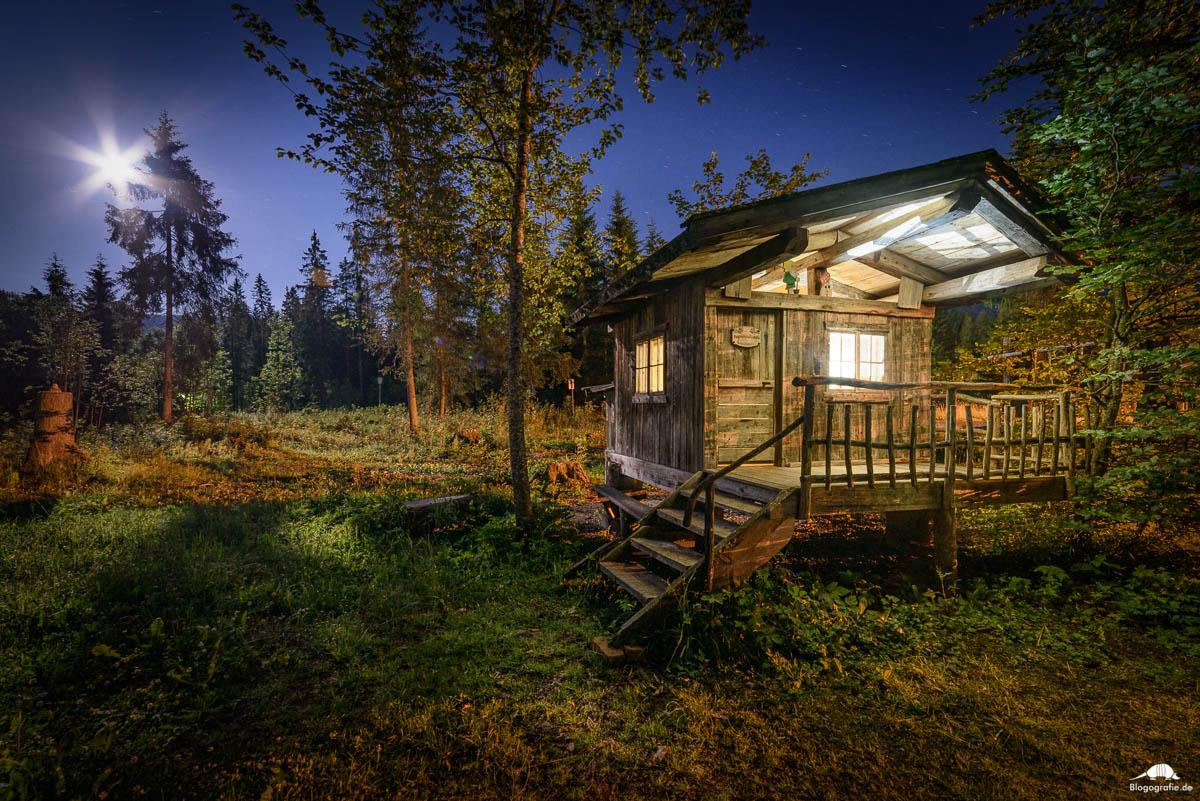 Eine Holzhütte im Wald in Leutasch (Tirol) bei Vollmond