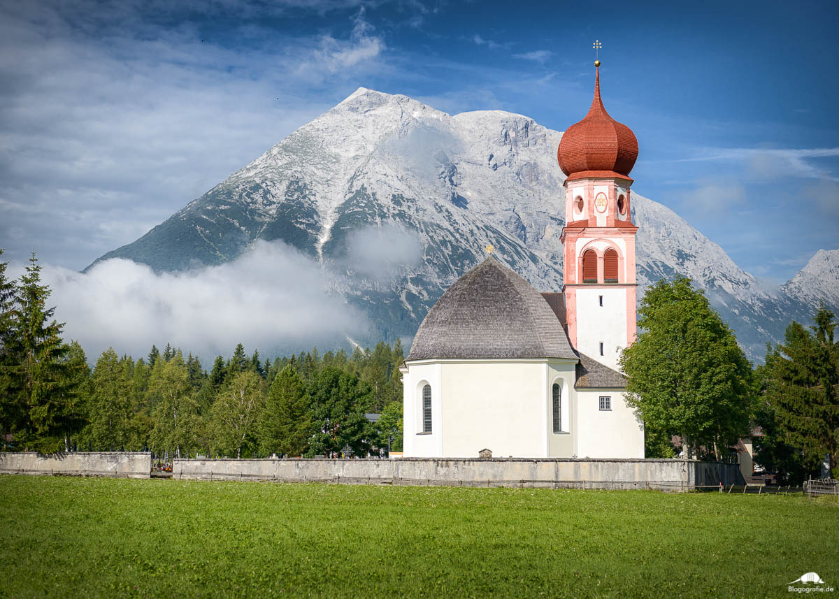 Pfarrkirche St. Magdalena in Leutasch, mit Blick auf die Hohe Munde.