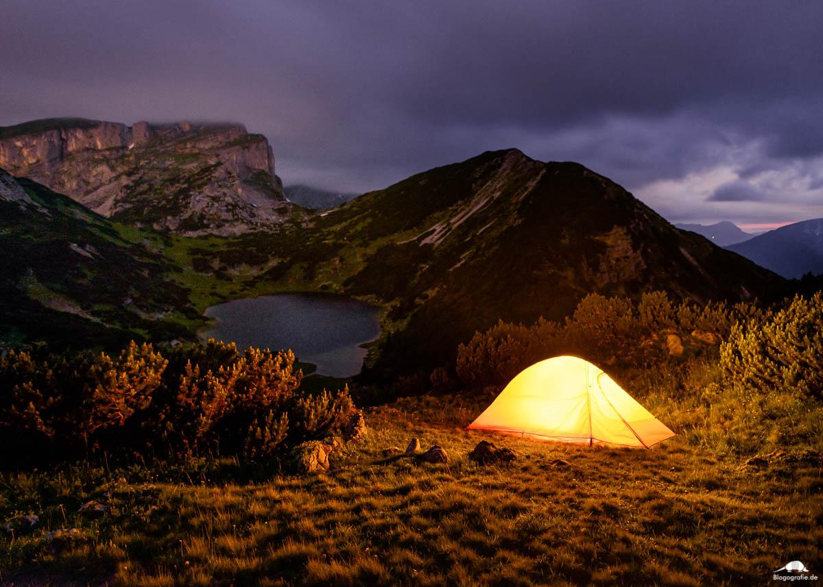 Nachtaufnahme mit Zelt am Zireiner See in den Brandenberger Alpen in Tirol