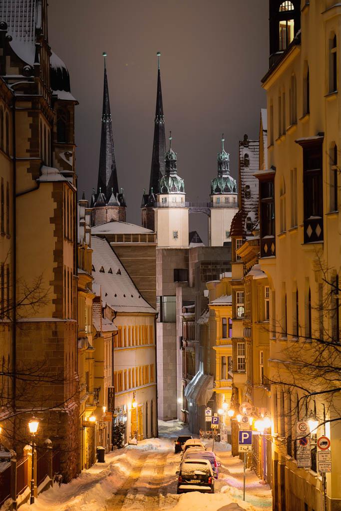 Blick in die Rathausstraße auf die Marktkirche in Halle (Saale) im Schnee