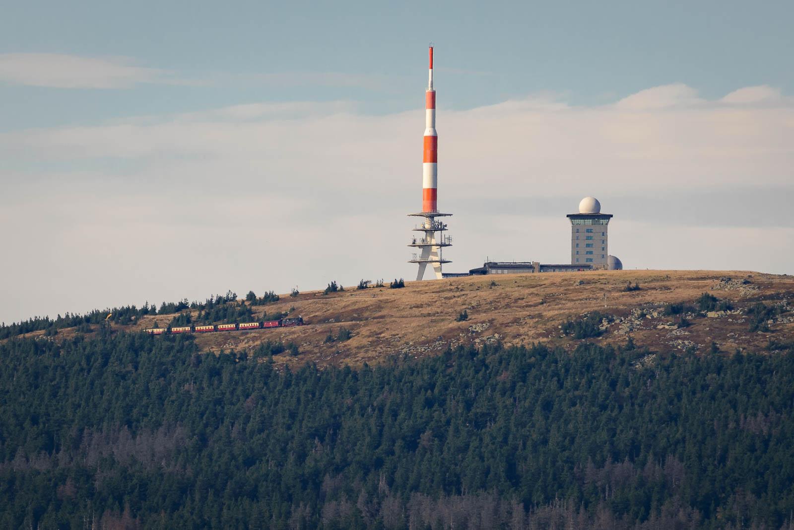 Blick auf den Brocken, mit fahrender Brockenbahn vom Wurmberg aus