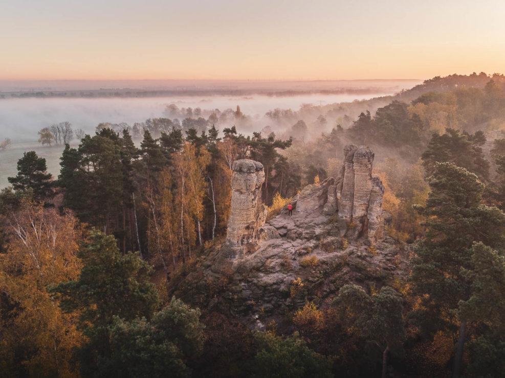 Die Klusberge im Nebel zum Sonnenaufgang