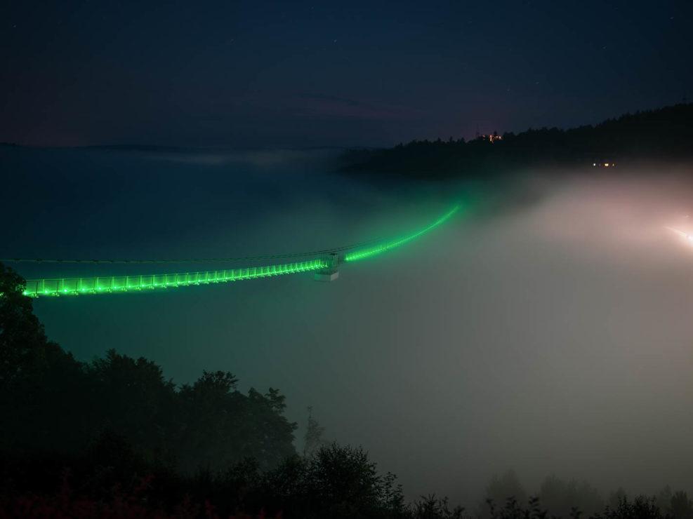 Hängebrücke an der Rappbodetalsperre im Nebel