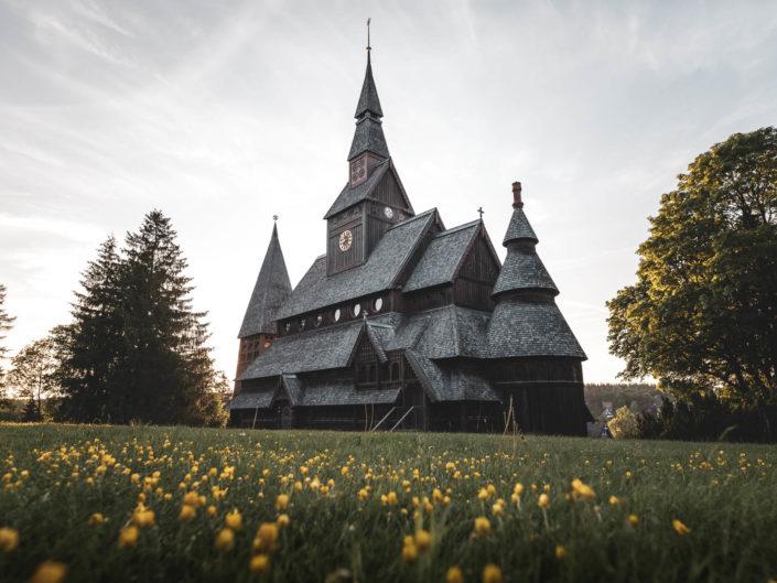 Die Stabkirche in Hahnenklee mit Sommerwiese