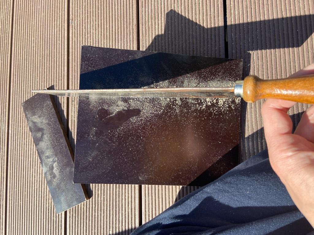 Holz sägen für den Bau eines eigenen Raspberry Pi Outdoor-Gehäuses
