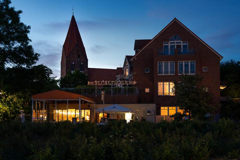 Die Pfarrkirche St. Johannes im Ostseebad Rerik vor dem Restaurant Blüsefeuer