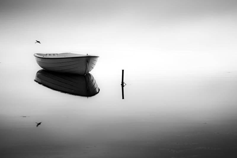Ruderboot zum Sonnenuntergang in Rerik am Salzhaff in Schwarz-Weiß