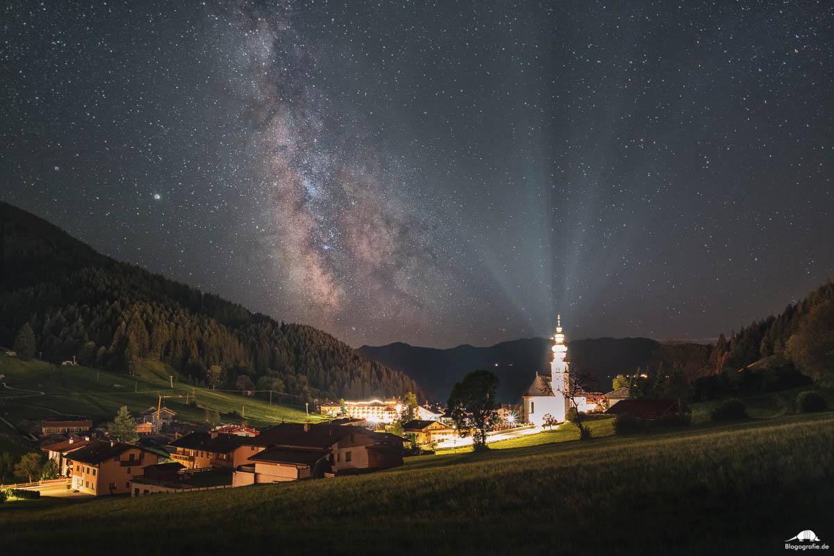 Milchstraße über der Kirche Oberau in der Wildschönau