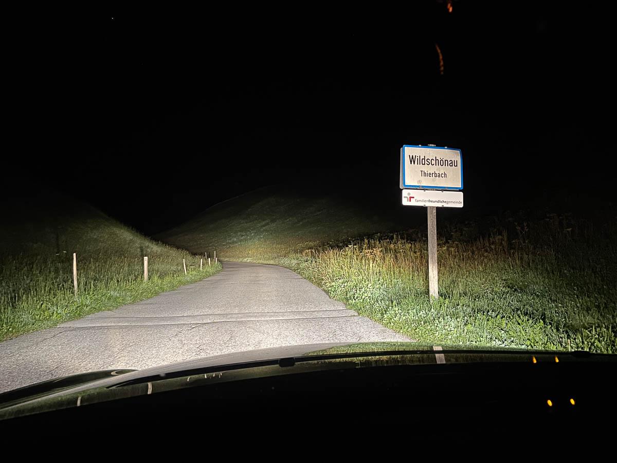 Ortseingang Thierbach bei Nacht
