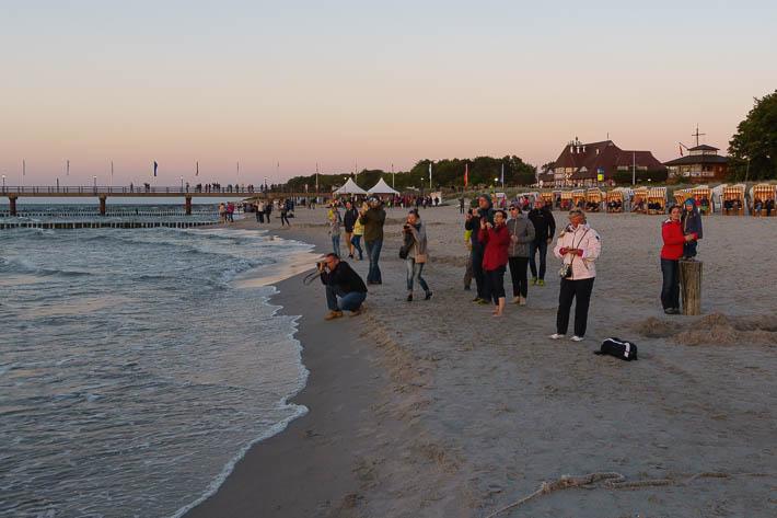Zingst - Menschen beim Fotografieren vom Sonnenuntergang