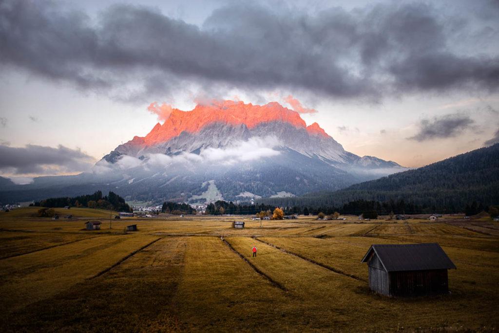 Alpenglühen in der Tiroler Zugspitz Arena am Wettersteingebirge der Zugspitze